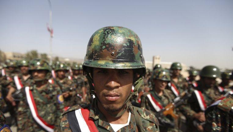 Een Jemenitische militair tijdens de training voor een ceremonie ter nagedachtenis can de slachtoffers van een zelfmoordaanslag. Beeld reuters
