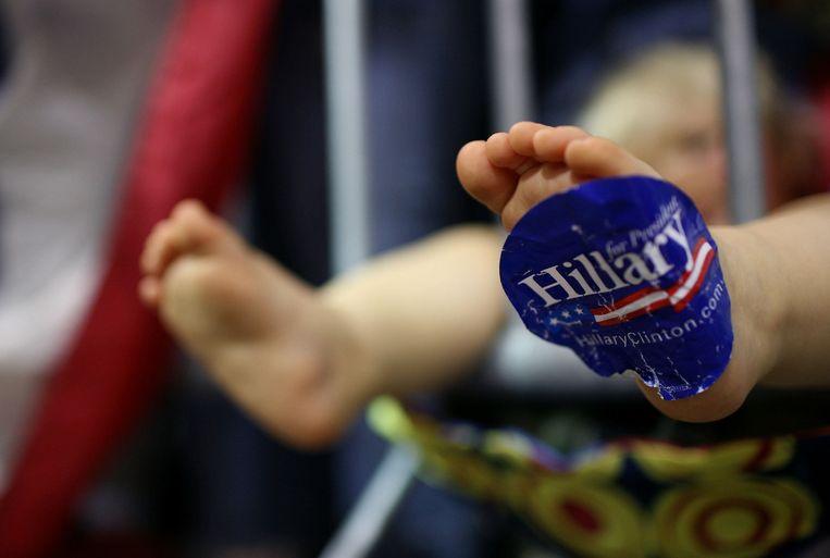 Een Hillary-sticker op de voet van een baby Beeld ANP