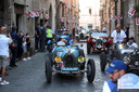 Enthousiast reageert de bevolking van Civita Castellana op de Mille Miglia (duizend mijlen)