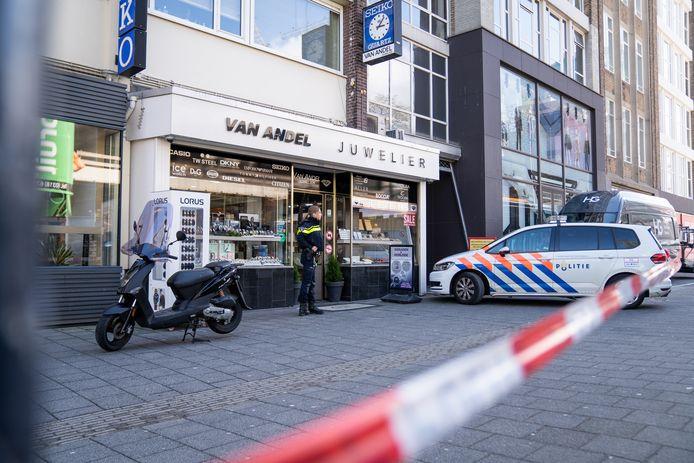De overvaller van een juwelier aan de Hoogstraat liet zijn scooter met draaiende motor staan.
