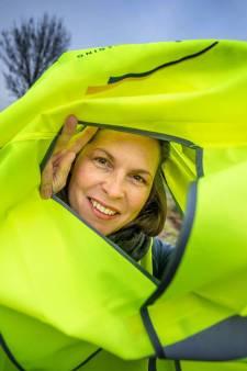 Annemarie uit Bergharen zamelt hesjes in zodat arbeidsmigranten veilig over straat kunnen in het donker