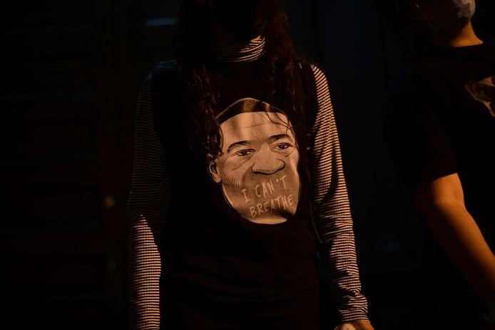 Een activist met een T-shirt van George Floyd.
