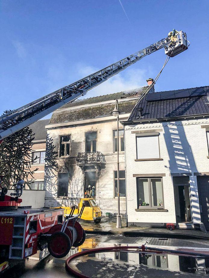 De brand heeft het huis aan de Steenweg zo goed al helemaal vernield en heeft ook asbestdeeltjes de lucht ingestuurd.