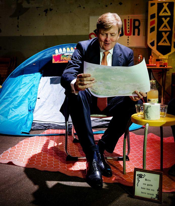 Koning Willem-Alexander bij een van de initiatieven tijdens de jubileumbijeenkomst van het Oranje Fonds.