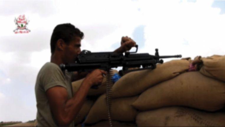 Een Belgisch minimi-machinegeweer in handen van een militielid in Jemen. Beeld Amnesty International