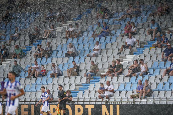 Publiek in stadion De Vijverberg tijdens een oefenwedstrijd van De Graafschap tegen SC Heerenveen in augustus.