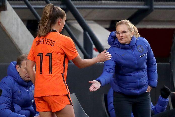 Bondscoach Sarina Wiegman (r) samen met Lieke Martens, het boegbeeld van de Leeuwinnen.
