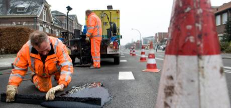 Hengelo geeft asfalt een 'verjongingskuur', op zestien plekken tegelijk
