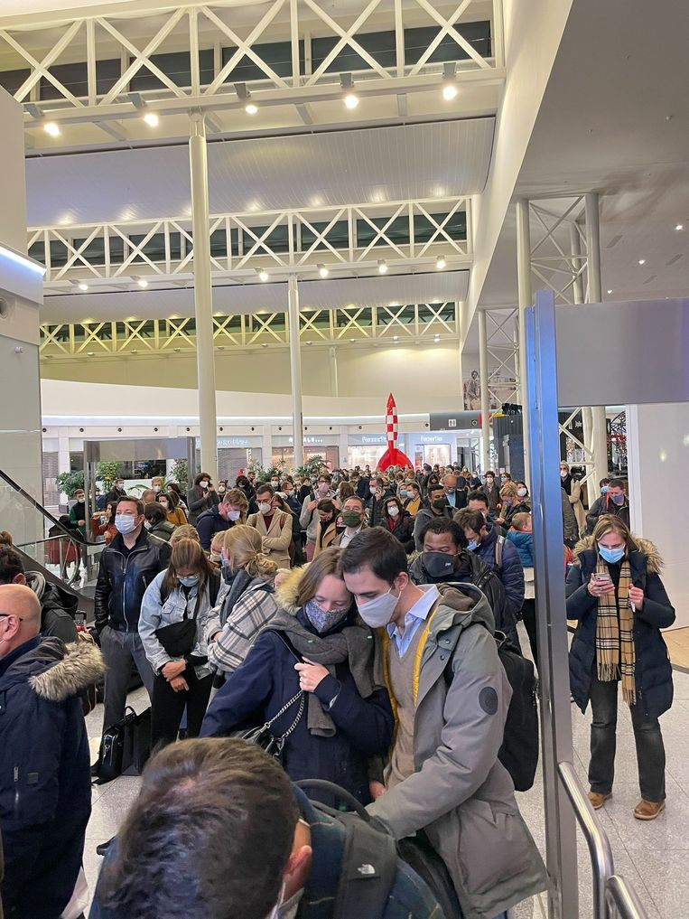 De PLF-controles op Brussels Airport zorgden voor lange files. Beeld Twitter