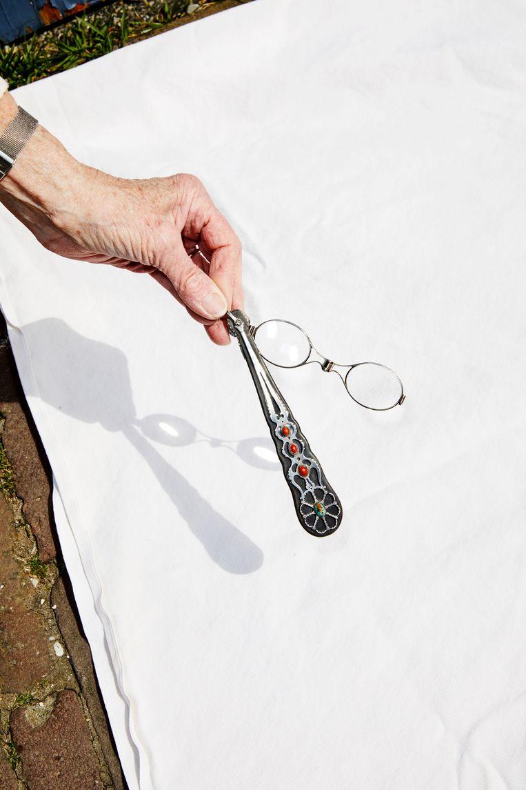 Niet te slijten: lorgnet met handvat van zilver op ebbenhout. Beeld Marie Wanders