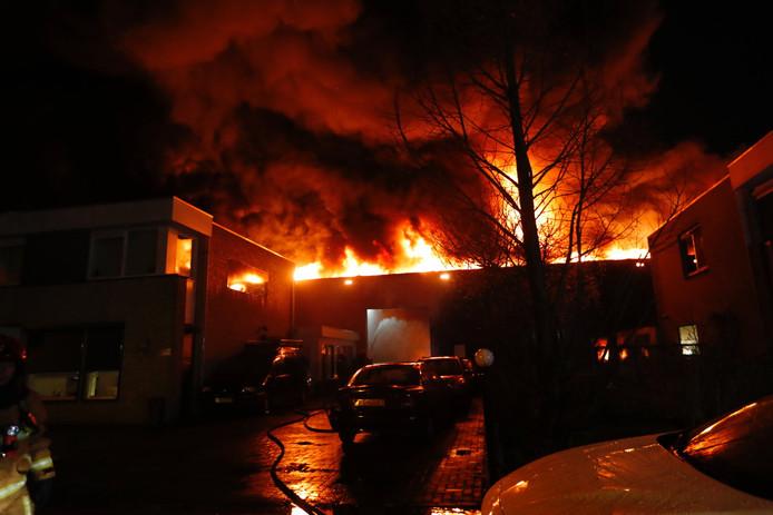 Grote brand bij autobedrijf in Eindhoven