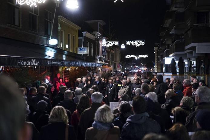 Zo'n 300 mensen verzamelden zich bij De Gelderlander.