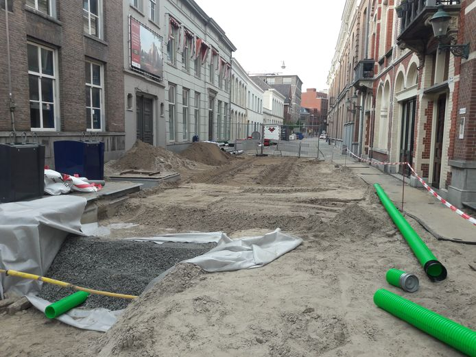 Een groot gedeelte van de Nieuwstraat ligt open. Het is afwachten of de beloofde bomen komen.
