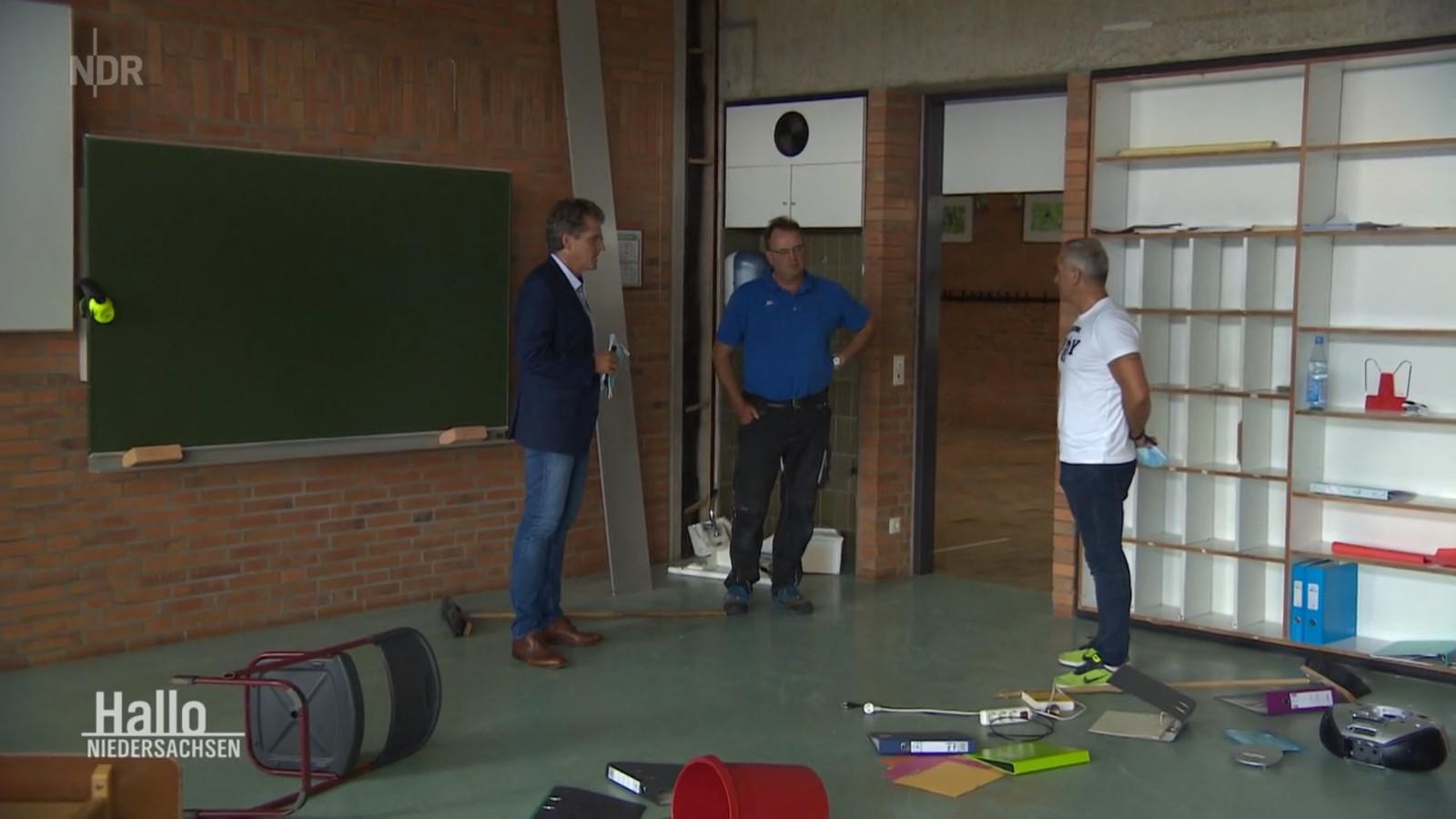 Onder andere burgemeester Guido Halfter (links) en conciërge Thomas Tautz (midden) komen de schade bekijken die de drie jongens hebben aangericht.