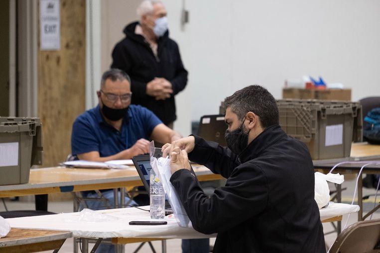 Twee stemmentellers aan het werk in de NRG Arena. Beeld Eline van Nes