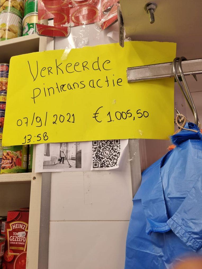 Bij slagerij Zagora in Amsterdam heeft een klant te veel gepind. De eigenaar is naar de klant op zoek, zodat het geld kan worden teruggegeven. Beeld Hassan Najib