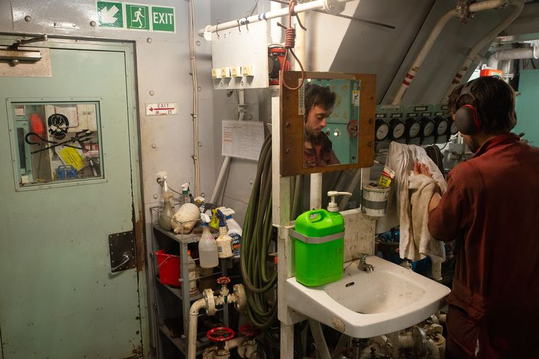 Actievoerder Erwann wast zijn handen in de machinekamer van de M/Y Sam Simon. Beeld Jules Emile