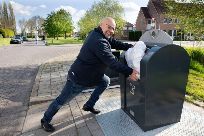Barry van Hemert uit Meteren kaartte aan dat hij altijd grote moeite heeft om zijn vuilniszak in de 30-liter-opening te krijgen. Hij bleek niet de enige. Avri adviseert nu om andere zakken te kopen.