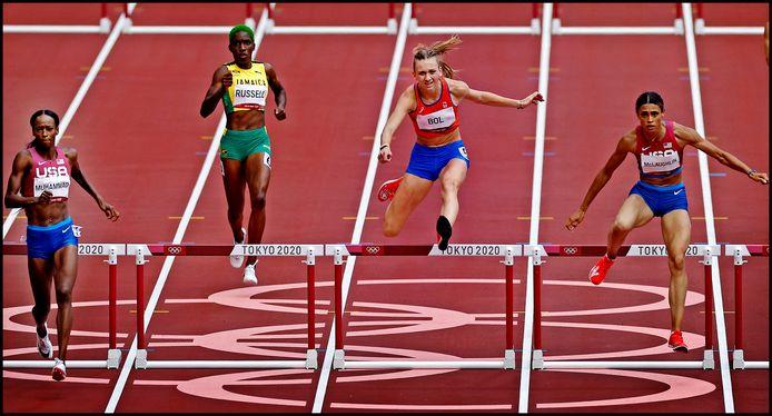 Op de laatste meters van de 400 meter horden finale zijn de Amerikaansen Sydney McLaughlin en Dalilah Muhammad iets sneller over de laatste horde dan Femke Bol.