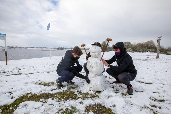 Seppe Marting ( 21) Moud Leenkneght ( 18) en Martijn Schrijvers ( 22) hebben training met het roeiteam van UCLL maar maken eerst een sneeuwman.