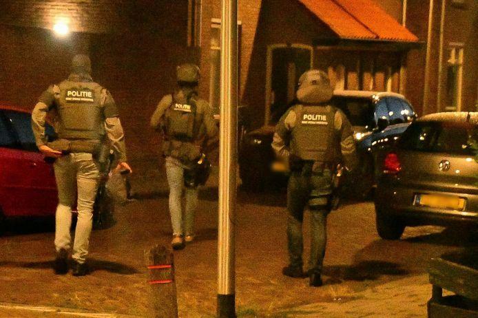 Vrijdagavond kort voor middernacht heeft de politie samen met de Dienst Speciale Interventies (DSI) een inval gedaan in Enschede.