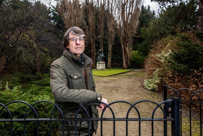 Aad van Uffelen bij het hek van de rooms-katholieke begraafplaats.
