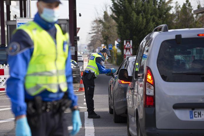 Des policiers suisses et des gardes-frontières suisses contrôlent toutes les personnes autorisées à entrer en Suisse à la frontière franco-suisse de Perly, près de Genève, en Suisse.