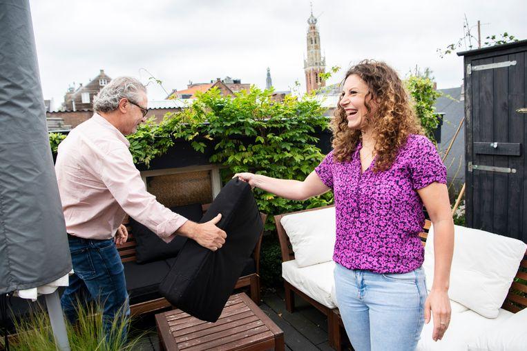 Michiel en Suse van Kleef op het dakterras van Michiels woning in Haarlem. Beeld Sanne De Wilde