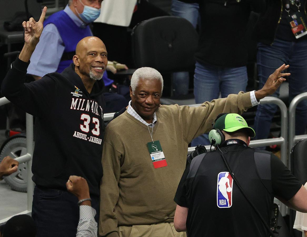 Kareem Abdul-Jabbar (l) en Oscar Robertson, twee spelers uit de kampioensploeg van 1971, moedigen hun oude club aan.