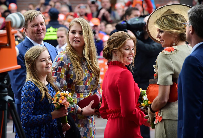 Prinses Amalia tussen haar zusjes en ouders tijdens Koningsdag in Amersfoort. Beeld Marcel van den Bergh