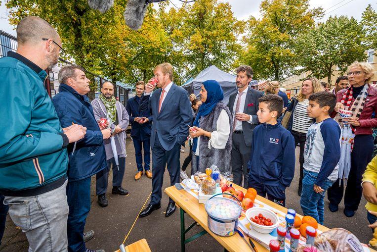 Bewoners van de Utrechtse wijk Zuilen werden zaterdag 28 september verrast met een bezoek van koning Willem-Alexander. Tijdens de 14de Burendag kwam hij onverwachts langs bij een buurtfeest in de wijk. Beeld