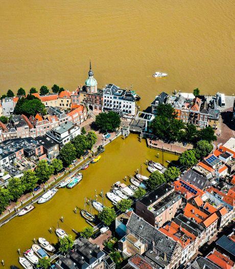 Een bijzonder tafereel: drab uit Limburg kleurt het water bij Dordrecht geel