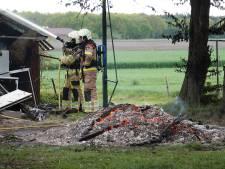 Vonken van afvalbrand slaan over naar schuurbrand in Kloosterhaar