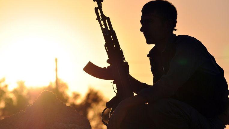 Een Koerdische strijder nabij Raqqa, de door IS uitgeroepen hoofdstad van het kalifaat. Beeld AFP
