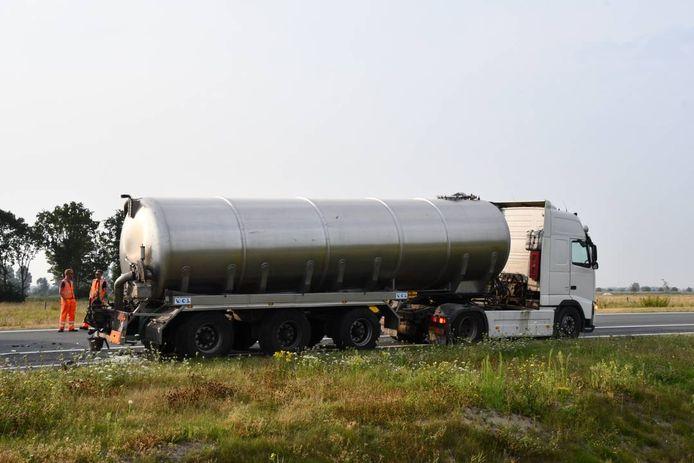 De tweede vrachtauto die bij de botsing betrokken was, liep wat minder schade op.