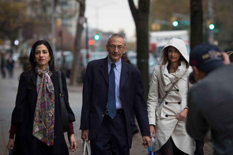 Huma Abedin, left, and John Podesta walk near Hillary Clinton's campaign headquarters in Brooklyn on the day after the election, Nov. 9, 2016. A phishing email that tricked one of Podesta's aides gave Russian hackers access to 60,000 of his emails; they would be released by WikiLeaks day after day over the last month of the campaign. Beeld Dave Sanders/The New York Times