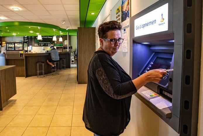Renate van den Breemen is bang dat de enige pinautomaat in het bijna 3000-mensen tellende dorp Voorst zal verdwijnen. Volgens haar is de pinautomaat voor veel Voorstenaren belangrijk