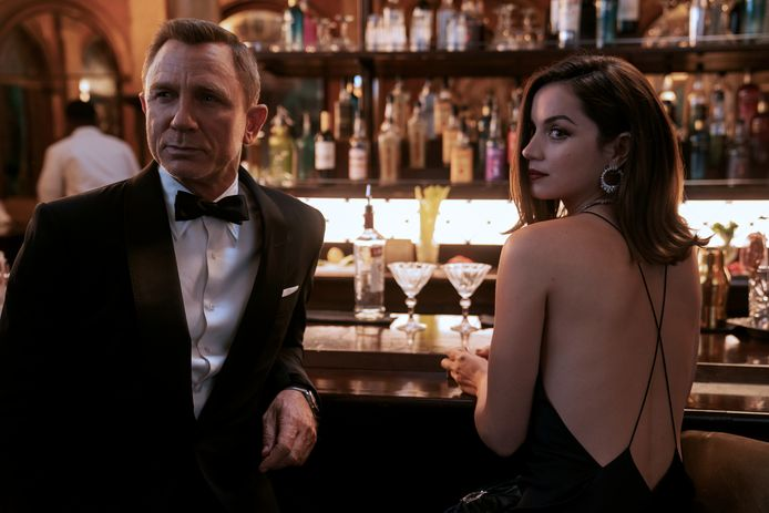 James Bond (Daniel Craig) and Paloma (Ana de Armas) in NO TIME TO DIE.