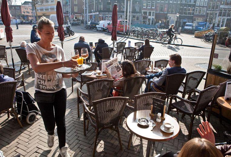 Op de Nieuwmarkt zit je heerlijk, wel oppassen voor je tenen Beeld Parool