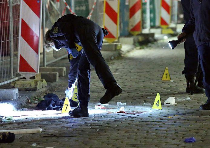 Forensische speurders bezig met sporenonderzoek op de plaats delict bij het Kulturpalast in Dresden.