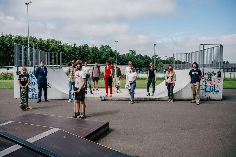 Het skatepark in Grobbendonk, met onder meer enkele jongeren, minister Bart Somers, schepen Brent Wouters en psychologe Eline Nietvelt. Beeld Wouter Van Vooren