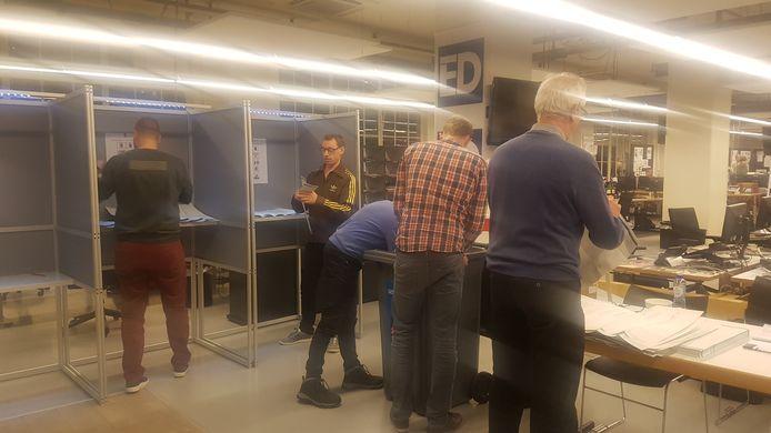 Op het stembureau op de redactie van het ED in Eindhoven is het tellen van de stemmen begonnen.