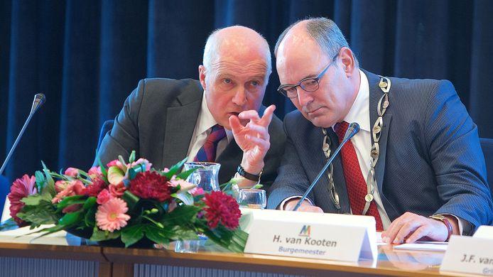 November 2014: Gerd Prick (links) is net afgezwaaid als interim-burgemeester van Maasdriel. Henny van Kooten is zijn opvolger. Eindelijk heeft Maasdriel weer een vaste burgemeester.