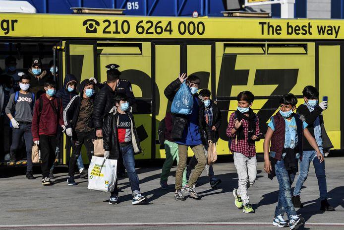 De zogenoemde ama's verlaten de bus die hen vanmorgen naar het vliegtuig naar Duitsland bracht.