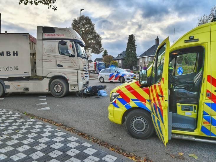 Scooterrijder gewond bij aanrijding met vrachtwagen op rotonde in Bergeijk