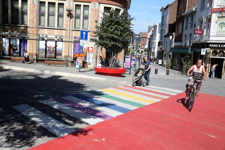Het eerste regenboogzebrapad van de provincie ligt op de hoek van de Arkenvest en de Basiliekstraat.