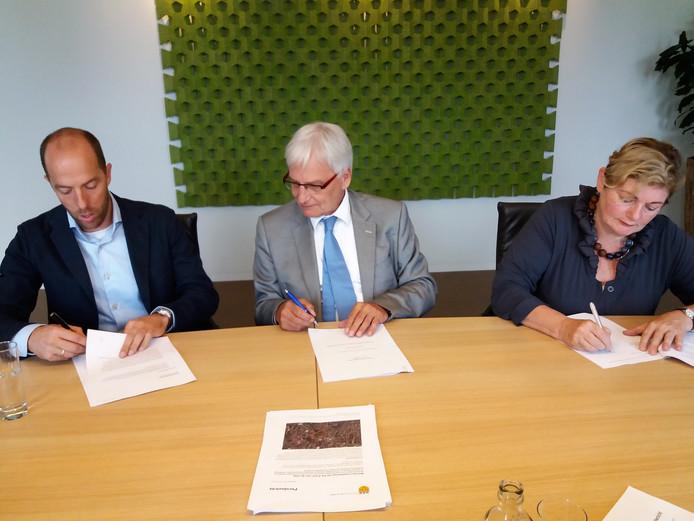Ondertekening De Els II. (Vlnr) Alexander Hoefnagel, burgemeester Wim Luijendijk en Liesbeth van Beek van WSG ondertekenen de kontrakten