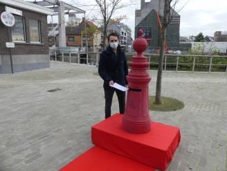 Sinterklaas zet rode brievenbus naast het stadhuis