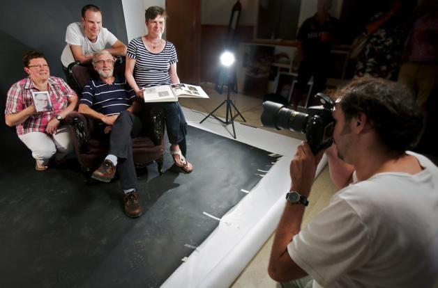 Fotograaf Casper van Aggelen zet Jose Stultjens en Maarten en Leny Ligtvoet op de foto. In het midden ome Jan Stultjens. foto Johan Wouters/het fotoburo