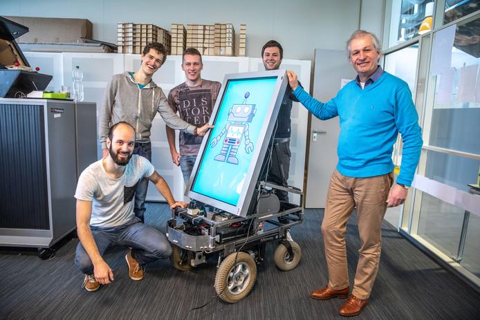 De studenten met hun robot, vlnr Jonathan, Gerard, Martijn,  Jesse en Ruud (docent).